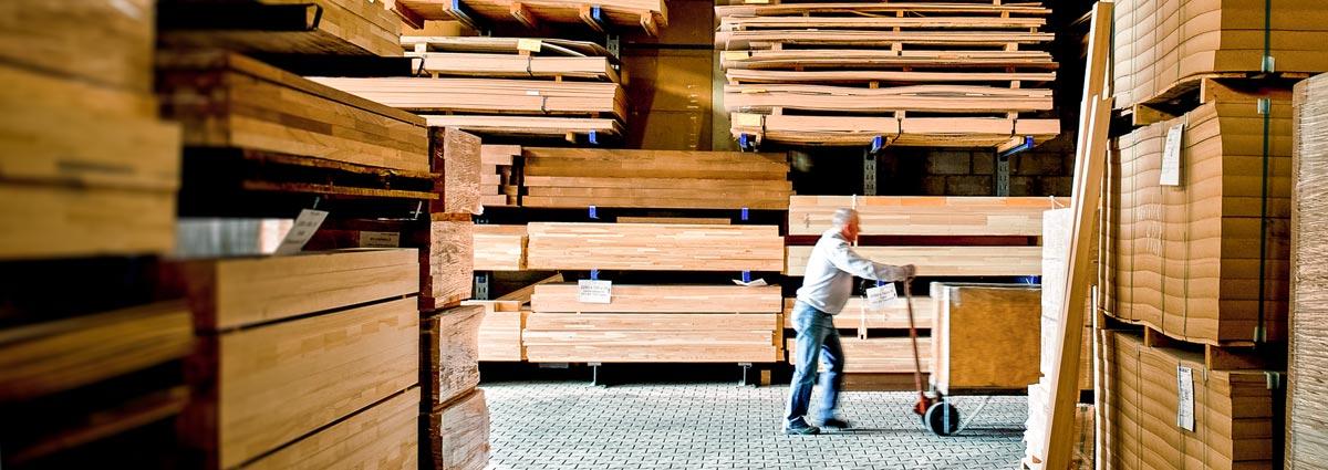 Bild Mitarbeiter von Variotec im Holzlager