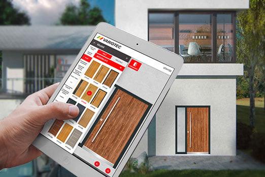 Haustüren-Konfigurator auf dem iPad vor Hausbild